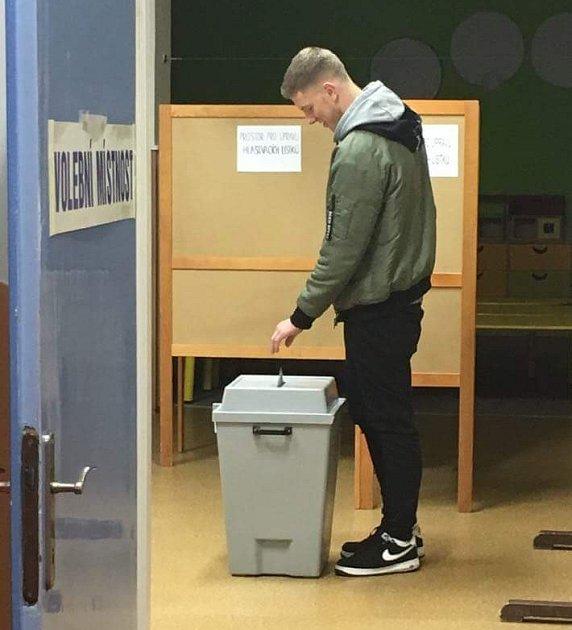 Student Sportovního gymnázia vOstravě. Alex Dehier, volil vHavířově vpátek, přestože osmnáctiny oslavil až vsobotu. Jeho hlas je ale platný, volební zákon tuto možnost připouští.