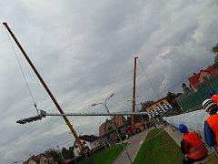 V neděli osadili dělníci první dva stožáry s osvětlením na fotbalovém stadionu v Karviné.