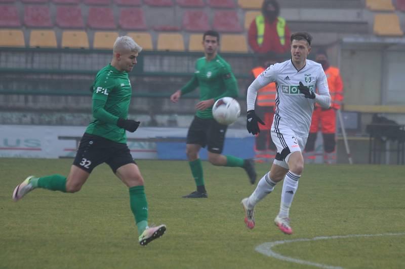 Karvinští fotbalisté (v bílém) vyhráli v Příbrami 1:0.
