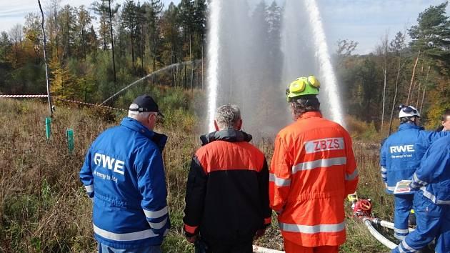 Cvičení hasičů při simulovaném požáru plynu s dálkovou dopravou vody.