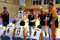 Basketbalisté TJ Start Havířov v dresech s vykřičníky.