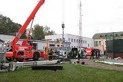 Rozebírání zborcené požární plošiny.
