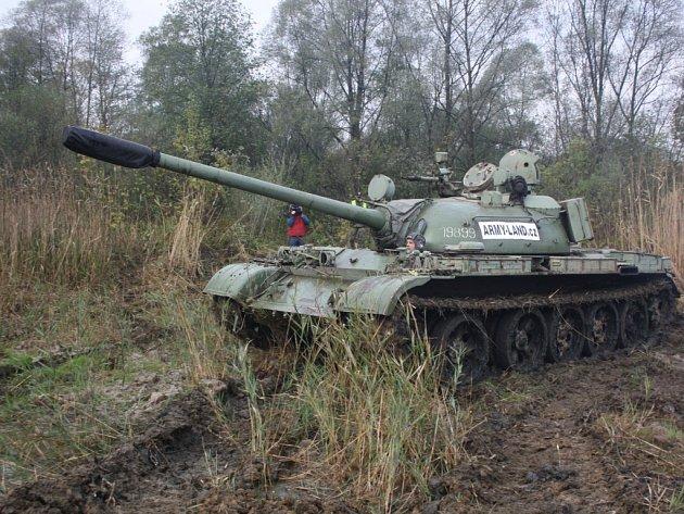Vojenský tank má zlepšit podmínky pro život obojživelníků v chráněných mokřadech.
