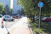 Nedokončené chodníky s cyklostezkou podél Dlouhé třídy v Havířově 4. července 2018. Hotovo mělo být 22. května. V úzkém místě před Permonem bude obousměrný provoz cyklistů a chodců smíšený.