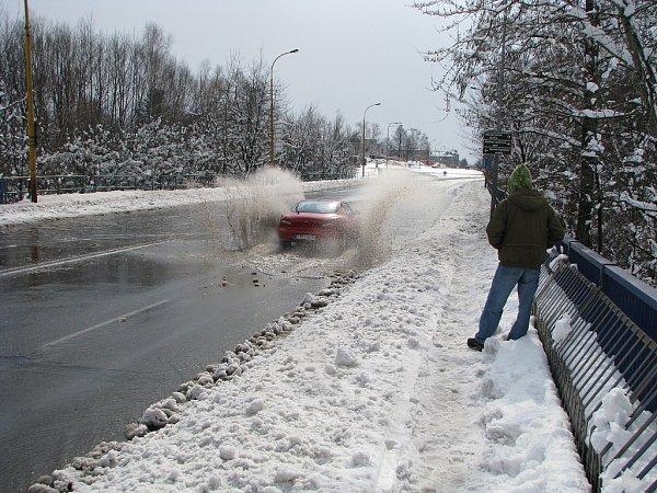 Zatímco na Boží hod velikonoční, 31.března 2013, byly ulice měst Moravy a Slezska pokryty sněhem, oden později se už musela například auta vHavířově brodit kalužemi vody.