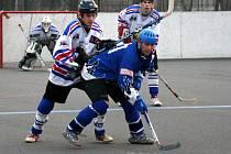 Karvinští hokejbalisté (ve světlém). Ilustrační foto.