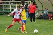 Okresní derby mezi Stonavou a Dolní Lutyní (v bílém) přineslo pět branek.