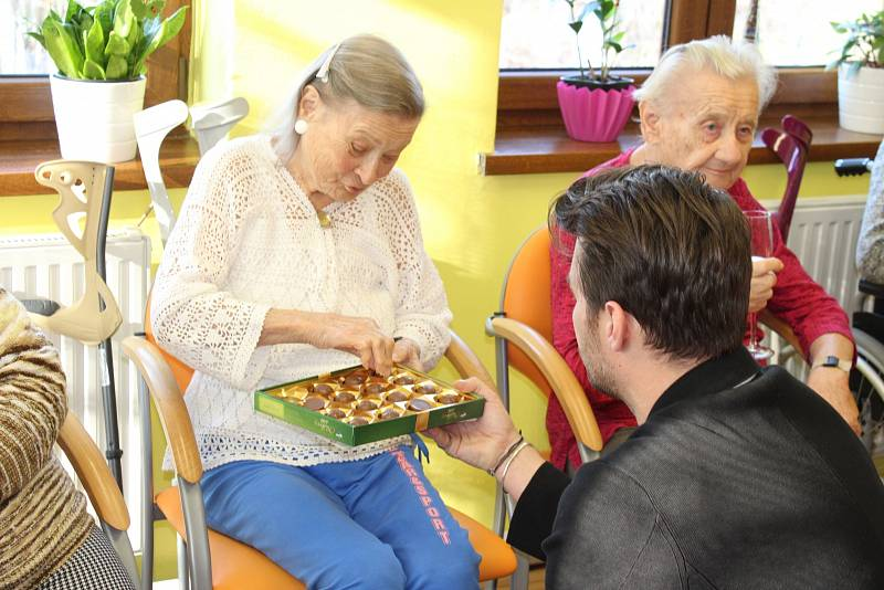 Leoš Mareš se stal Ježíškovým vnoučetem a v sobotu dopoledne přijel do Domova seniorů Slezské humanity v Horní Suché, kde předal svůj dar, nový elektrický vozík, šťastné Zdeňce Bagierové.