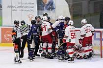 Hokejisté Havířova (v modrém) konečně vyhráli. Poradili si se Slavií.
