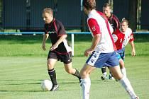 Dětmarovičtí fotbalisté (s míčem Martin Špička) si před sobotním výjezdem do Hulína zvedli sebevědomí.