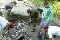 Archeologové při práci na hradisku v Chotěbuzi–Podoboře.