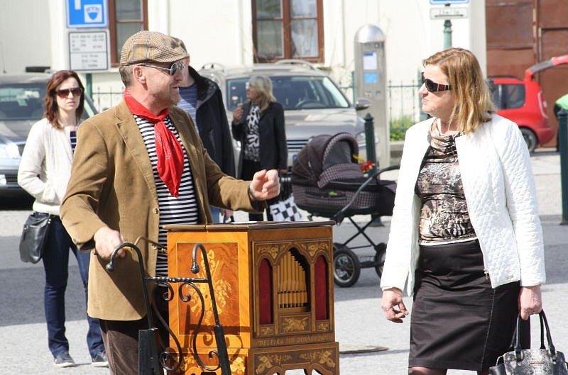 Na Zámku Fryštát v neděli zahájili letní sezonu. Celý den se nesl v duchu 20. let minulého století. V dobovém byly průvodkyně, nechyběla stará auta, flašinenář, hudba či divadelní skeče. V Lottyhausu se konaly módní přehlídky oblečení té doby.