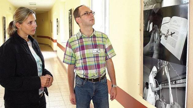 Koordinátor duchovní nemocniční služby pro náš region Václav Tomiczek (v barevné košili) s mluvčí karvinské nemocnice Radmilou Fleischerovou na výstavě v nemocnici věnované tomuto tématu.