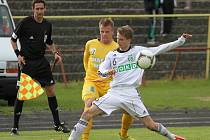 Karvinští fotbalisté (v bílém) doma zaslouženě zdolali Sokolov.