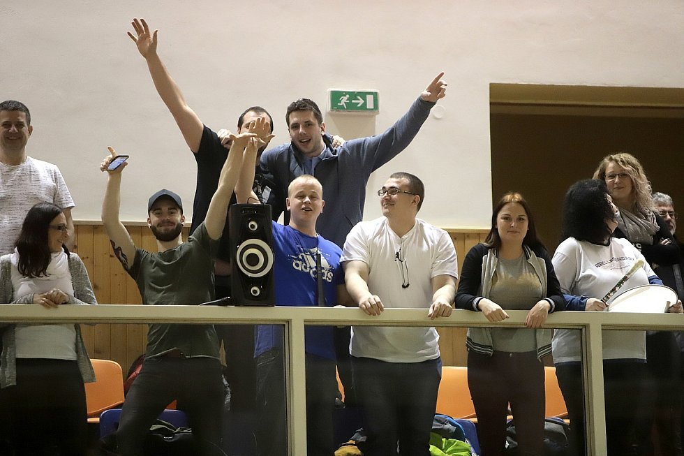 Košíkáři Karviné (v bílém) zdolali Černá pole a jsou v semifinále.