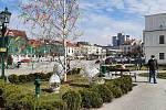 Karviná. Masarykovo náměstí. I proto, že letos není povolena tradiční velikonoční pomlázka, některá města, kostely či domy dětí připomněly velikonoční svátky formou výzdoby na náměstí v zahradě.