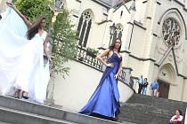 Historické jarmarky se v centru staré Orlové konají již několik let a zpestřují je i doprovodné akce, jakou byla třeba módní přehlídka na schodech přilehlého kostela.