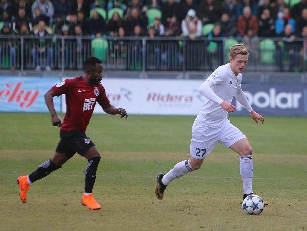 Filip Panák utíká Guélorovi Kanguovi v utkání Karviné se Spartou.