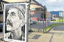 Fotografie regionálního umělce Jana Kufy Kičeřokana autobusové zastávce v Třinci.