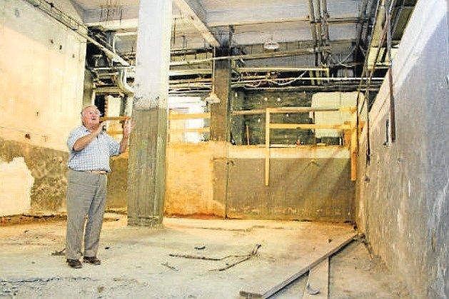Takto ředitel divadla Karol Suszka v roce 2012 ukazoval prostor, kde by měla Malá scéna vzniknout.