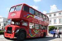 V Karviné na Masarykově náměstí v úterý zaparkoval londýnský doubledecker, jehož posádka propaguje blížící se olympijské hry v Londýně.