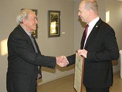 Stanislav Kolíbal se na vernisáži své orlovské výstavy zapsal do pamětní knihy města.