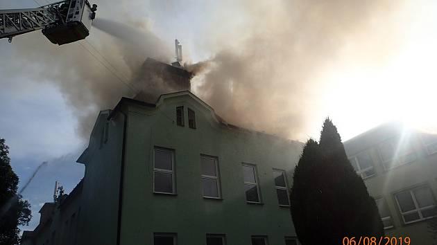 V úterý hořela střecha budovy Základní školy ve Skřečoni.