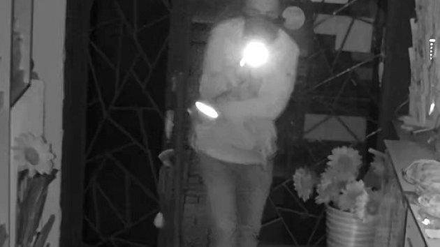 Muž v Havířově ukradl ve večerce pokladnu. Policie zveřejnila záznam