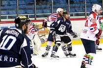 Havířovští hokejisté (v černém) padli po boji i ve třetím duelu čtvrtfinále.