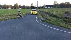 """Nová cyklostezka v Havířově, která cyklostezkou není. Po """"cyklostezce"""" jezdí společně s cyklisty i auta."""