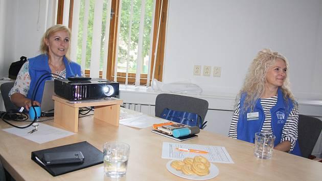 Školení pro dobrovolníky jsou srdečná, poučná i plná informací. Na snímku školí Jana Žoričová (vlevo) a Andrea Šenkýřová.