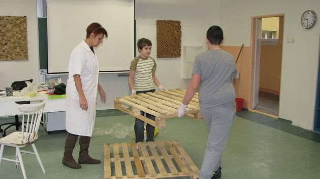 Školáci při práci ve třídě.
