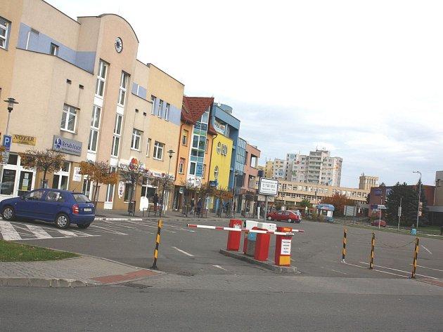 Téměř prázdné parkoviště v centru města.