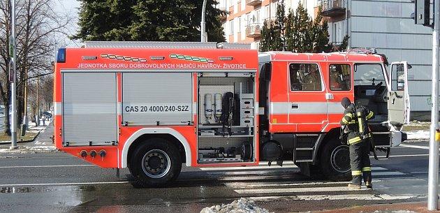 Zásahový automobil hasičů SDH Havířov-Životice po nehodě na Dlouhé třídě.