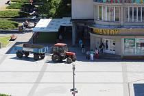 Po výběru z bankomatu zemědělci s traktorem přeparkovali před Labužník.