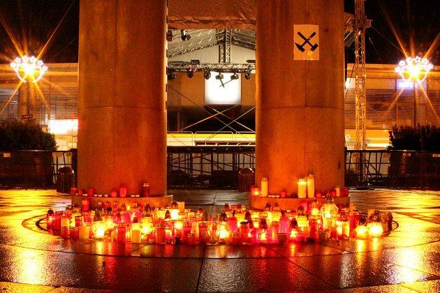 Pietní místo ukyvadla vcentru Havířova na památku obětí důlního neštěstí vDole ČSM ve Stonavě.