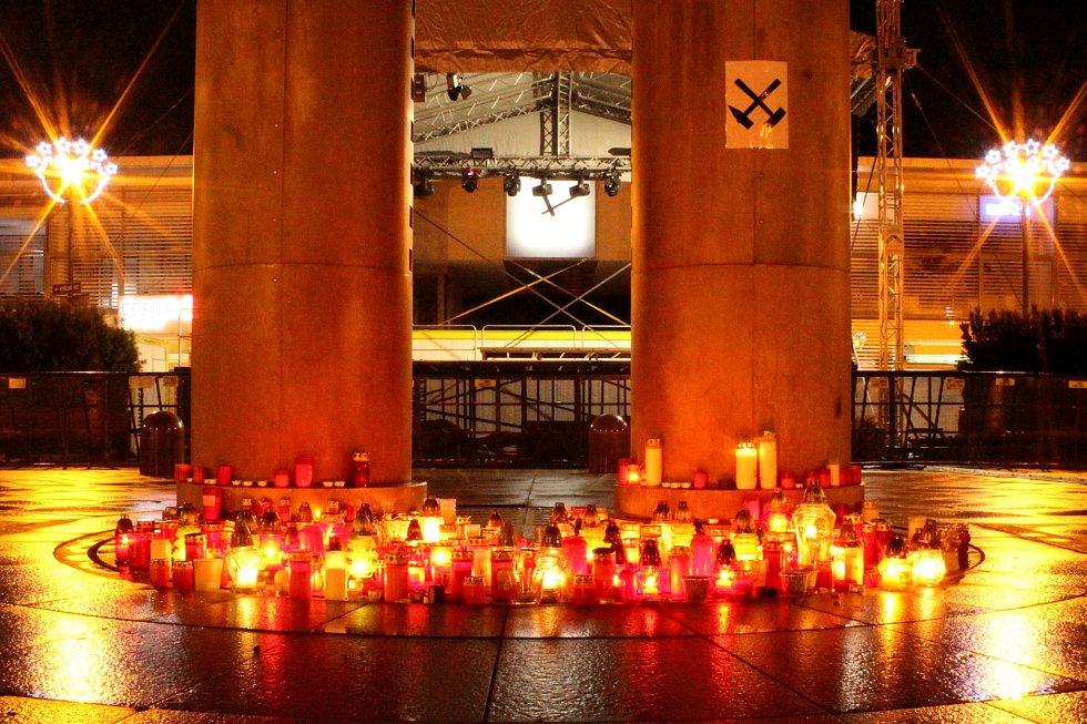 Pietní místo u kyvadla v centru Havířova na památku obětí důlního neštěstí v Dole ČSM ve Stonavě.