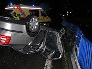 Auto se při nárazu do svodidel převrátilo na střechu.