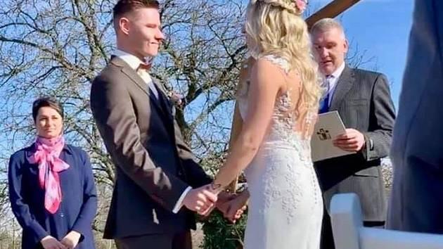 Pavel Maslák se oženil. S přítelkyní Nellou čekají miminko.