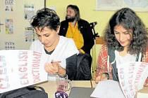 Mezi milými dárečky, které si orlovští školáci pro evropské hosty připravili, byly i konverzační slovníčky.