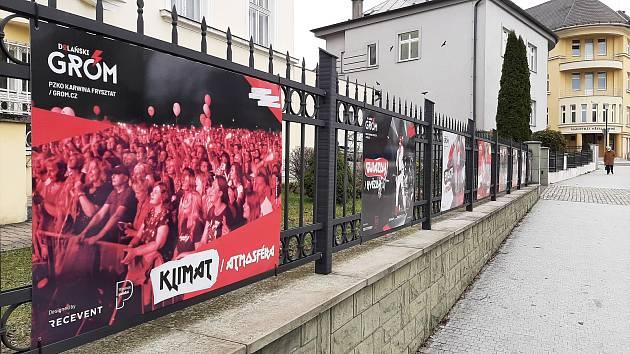 Velkoformátové fotografie na plotě v centru Karviné připomínají uplynulé ročníky hudebního festivalu Dolański Gróm.