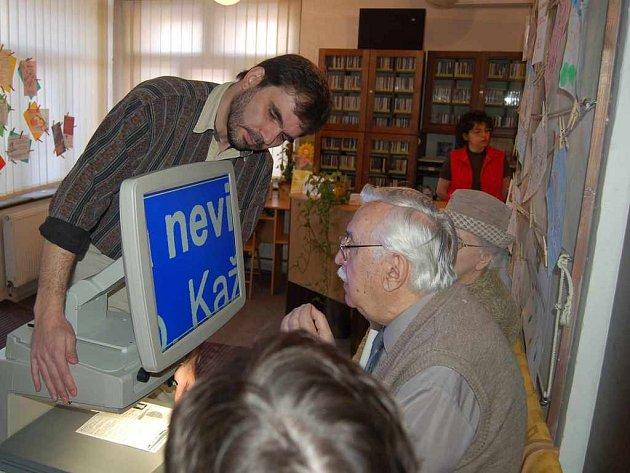 Martin Vachalec předvádí, jak lze pomocí moderní techniky číst texty.