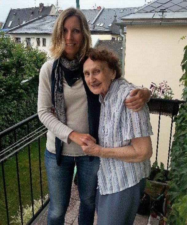 Vnučka Monika Rulfová s babičkou v Mohelnici.