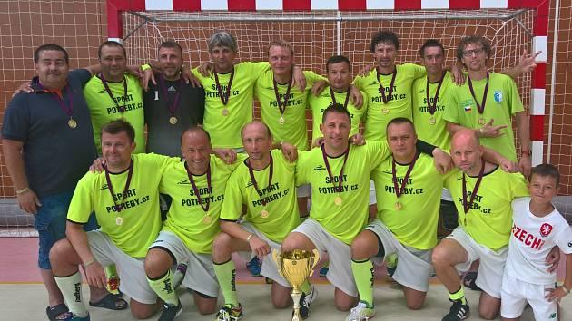 Mistrovská sestava SC Premium Stonava s vítěznými poháry.