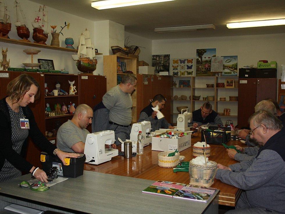 Vězni pracují na hračkách pro záchranáře.