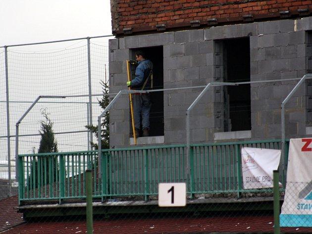 Na tenisových kurtech bývalé Kovony v Karviné se intenzivně pracuje.