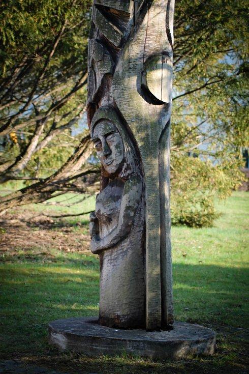 Hádanka č. 26: Jedna z dřevěných skulptur v lázeňském parku.