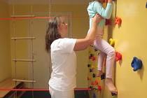 V nemocnici Český Těšín využívají pro rehabilitační cvičení dětských pacientů lezecku stěnu.