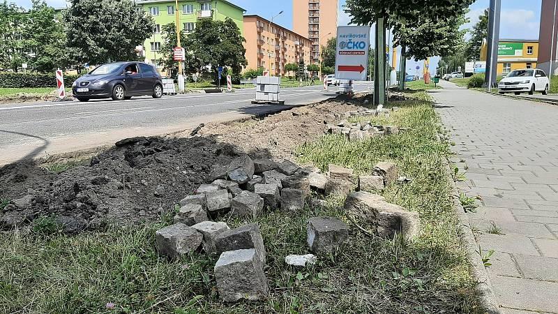Centrum Havířova je momentálně plné stavebních strojů a dělníků. Opravuje se několik páteřních komunikaci najednou a k tomu ještě nefungují některé semafory na křižovatkách. Snímek je z Dělnické ulice.