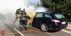Zásah hasičů při požáru osobního automobilu v Petřvaldě.